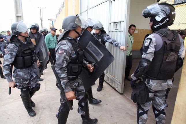 Policía preparando para entrar en Pedrinhas