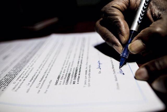 Un familiar firma un compromiso para evitar la ablación