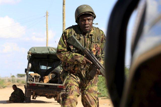 Un soldado del Ejército de Kenia corre alrededor del perímetro de seguridad de G