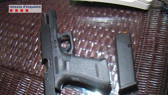 Pistola incautada a una banda de narcotraficantes