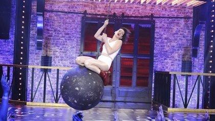 Anne Hathaway imita el Wrecking Ball de Miley Cyrus