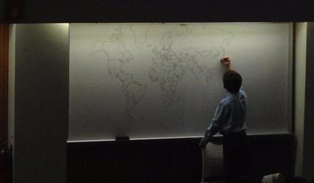 Niño con autismo dibuja el mapa del mundo de memoria