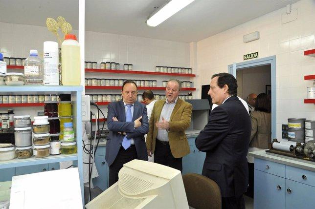 Visita a la empresa de Tintas 'Arzubialde' por parte de Pedro Sanz