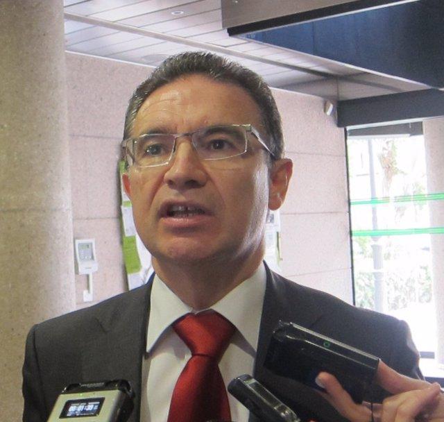 Serafín Castellano atendiendo a los medios