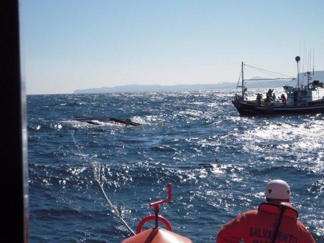Un pesquero de Santander volca cerca de la isla de Mouro