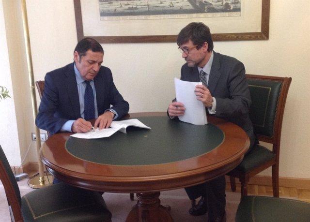 Firma del convenio entre Almirall y la Consejería de Sanidad de Castilla y León