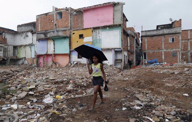 Niña brasileña paseando por un favela