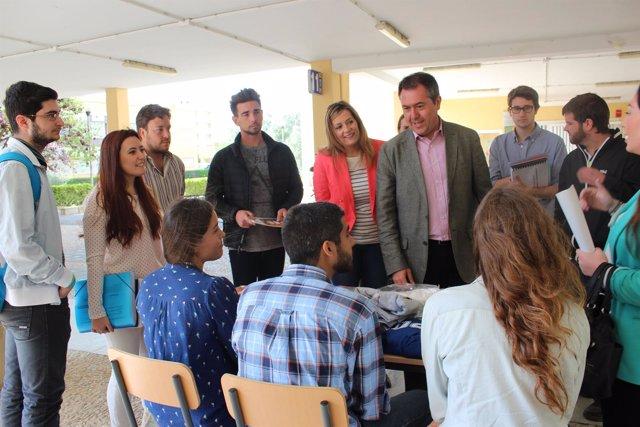 Espadas durante su visita al campus de la Universidad Pablo de Olavide