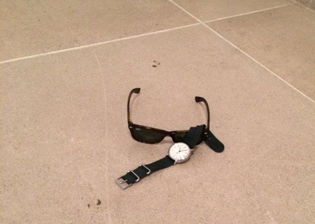 Unas gafas de sol y un reloj como arte abstracto