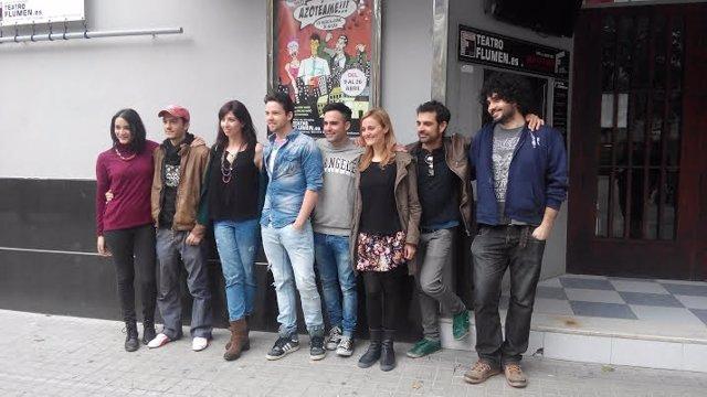 Actores y músicos de 'Azotéame' en la entrada del Teatro Flumen