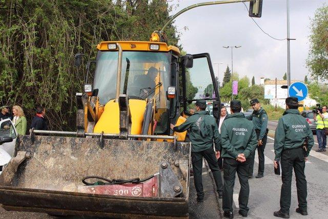 La Guardia Civil aborta la retirada del semáforo.