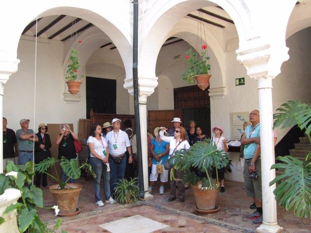 Turistas en el museo de Carmona.