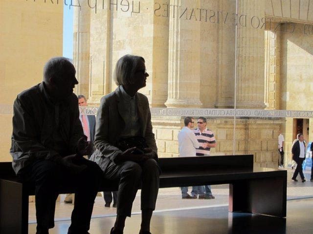 Dos turistas en el interior del CRV, con el Arco del Triunfo al fondo