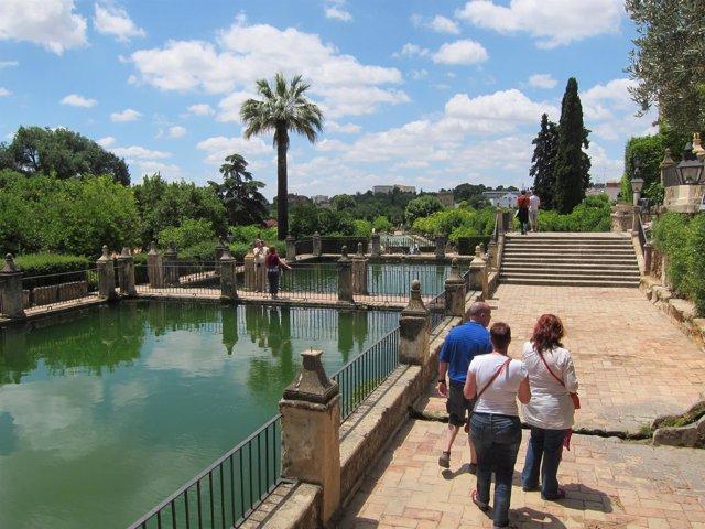 Turistas en los jardines del Alcázar de los Reyes Cristianos
