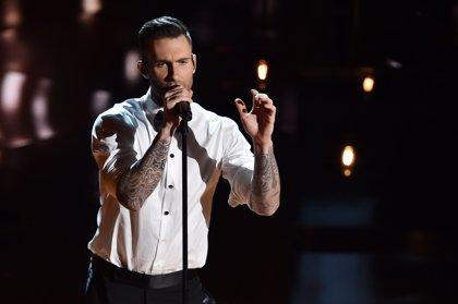 Una fan ataca a Adam Levine en pleno concierto (vídeo)