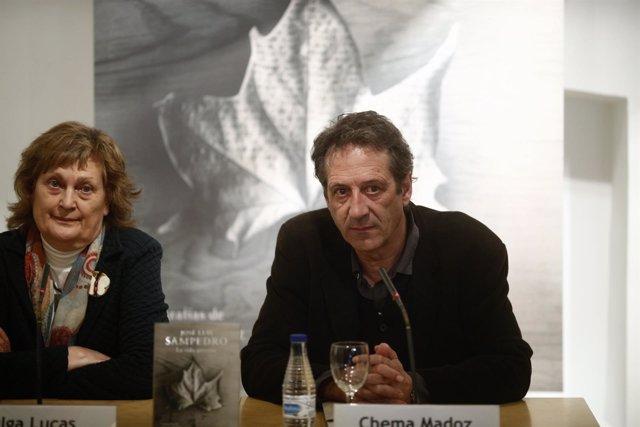 Olga Lucas, viuda de José Luis Sampedro, y Chema Madoz