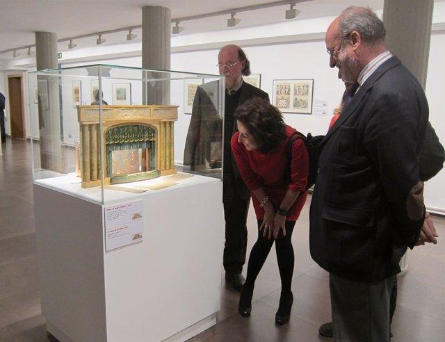 Cantalapiedra contempla una pieza acompañada de Díaz (izq) y León de la Riva