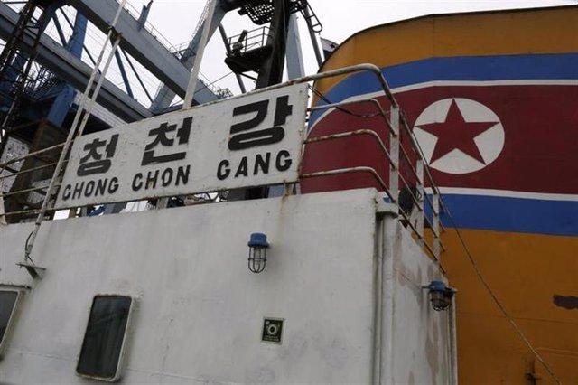 """Una vista desde a bordo del barco de bandera norcoreana """"Chong Chon Gang"""" anclad"""