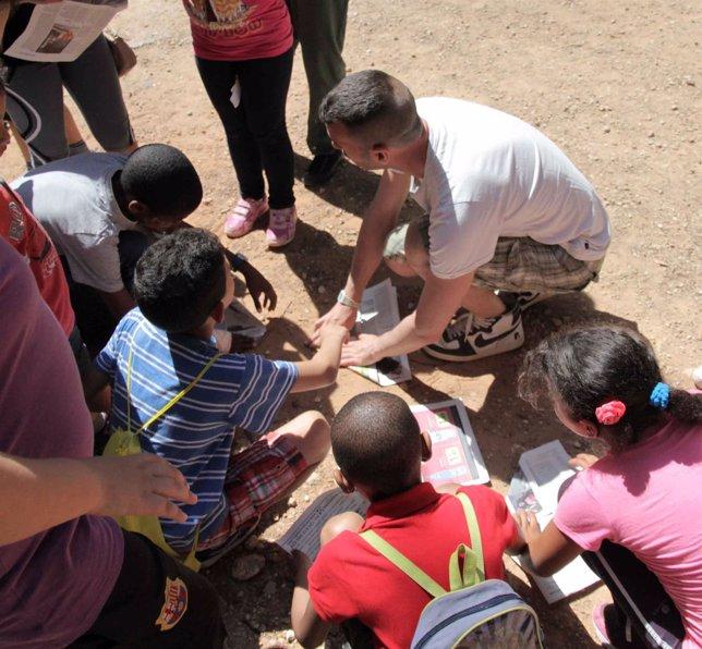 Niños en un campamento colonias verano actividades menores pequeños