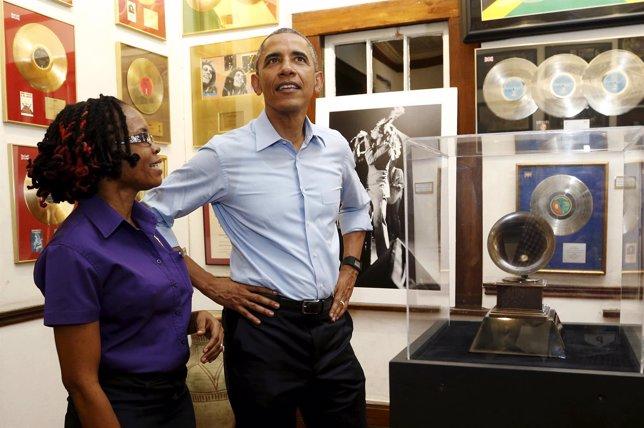 Obama visita el museo de Bob Marley