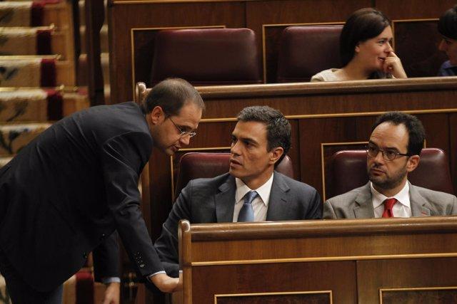 César Luena, Pedro Sánchez y Antonio Hernando, en el hemiciclo
