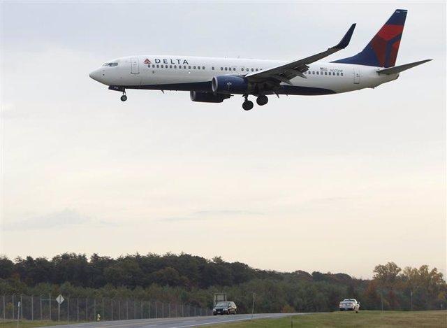 Un jet de la aerolínea Delta aterrizando en el aeropuerto BWI Thurgood Marshall