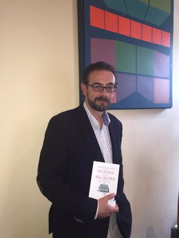 Miguel Llopis con su libro 'Escalera a la Alcaldía'