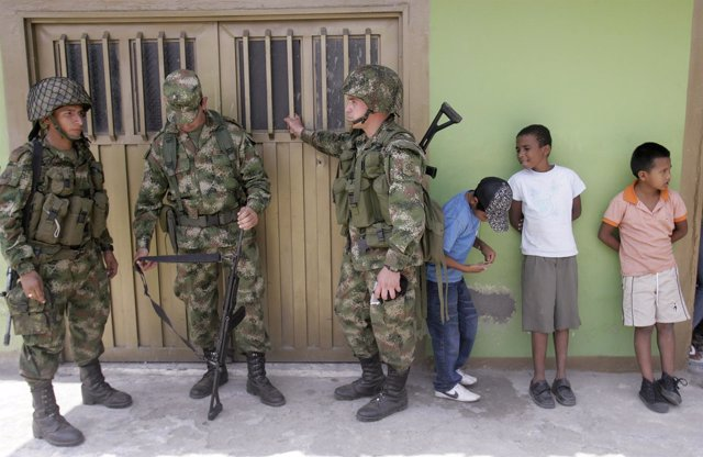 Colombian soldiers stand guard in Corinto province