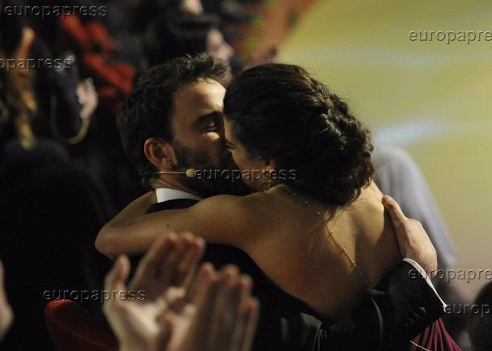 Beso de Clara Lago y Dani Rovira en los Premios Goya 2015