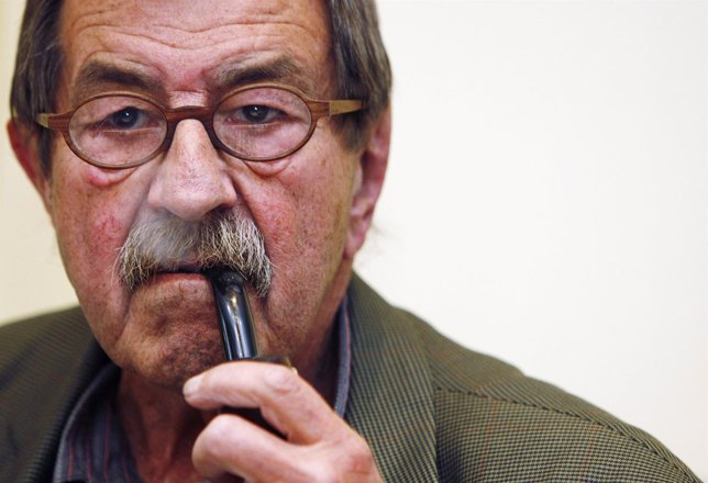 Gunter Grass smokes a pipe during a news conference t