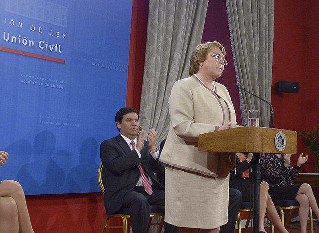 La presidenta de Chile, Michelle Bachelet, promulga la ley de uniones civiles