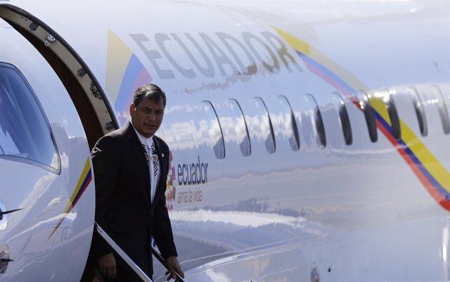 El presidente de Ecuador, Rafael Correa sale de su avión en Costa Rica
