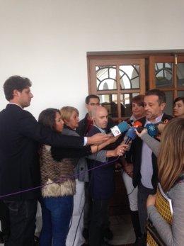José Antonio Castro en atención a los periodistas