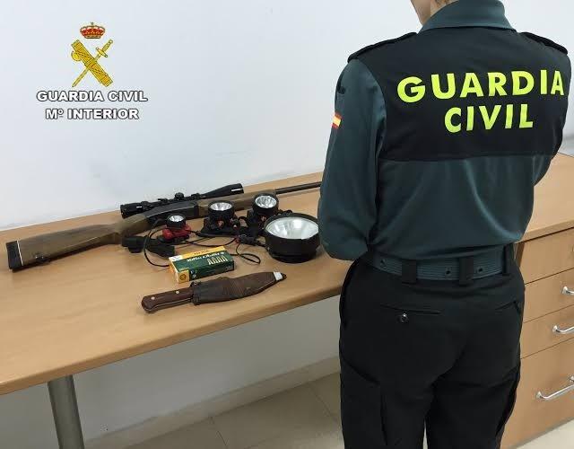 Armas halladas en un vehículo tras detener a tres cazadores furtivos en Huelva.