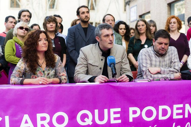 Oscar Urralburu acompañado por María Ángeles García Navarro y Andrés Pedreño
