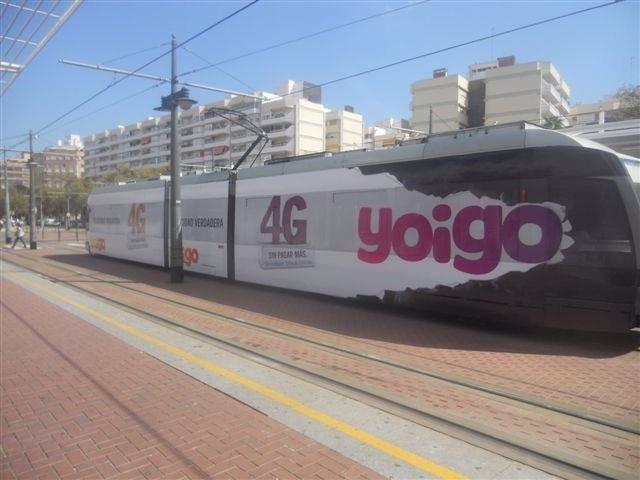 Tranvía con publicidad de Yoigo en Valencia