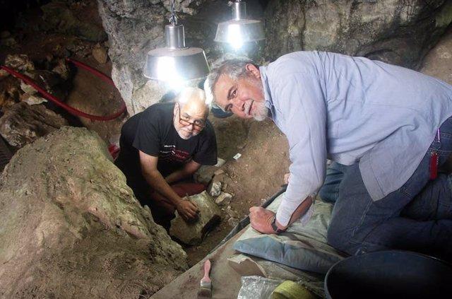 Excavaciones en la Cueva del Mirón