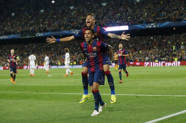 Neymar y Alves tras ganar al PSG