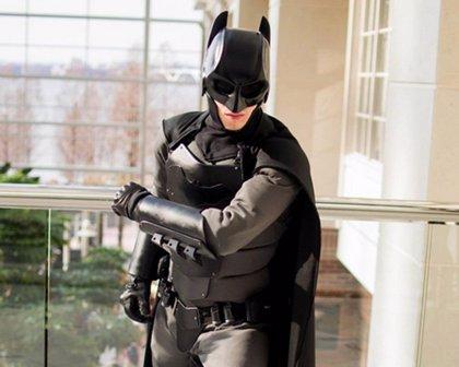 Crea un traje de Batman 'low cost' que le protege de navajazos