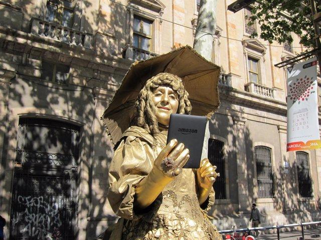 La dama de las camelias leyendo un Kindle