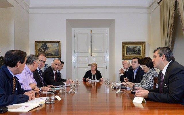 Bachelet reúne de urgencia a sus ministros por la erupción del volcán Cabulco