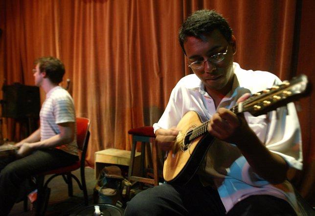El grupo Choro Scenarium toca la mandolina en un bar de Río de Janeiro