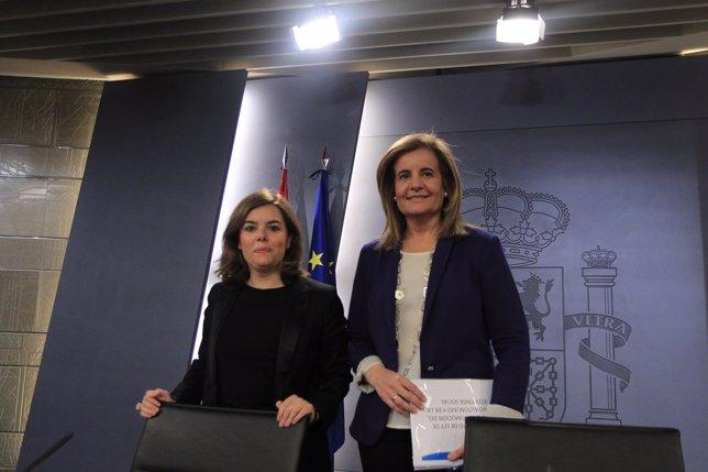 Soraya Saez de Santamaría y Fátima Báñez tras el Consejo de Ministros