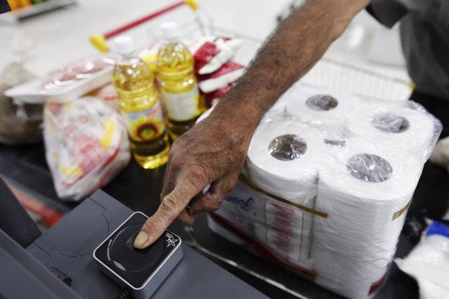 Máquina captahuellas en un supermercado de Venezuela