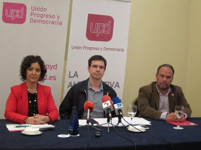 Andrés Herzog (centro), junto a candidatos de UPyD en Salamanca