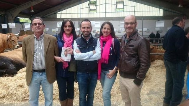 Fernández, en el centro, durante su visita a la subasta de Cangas.