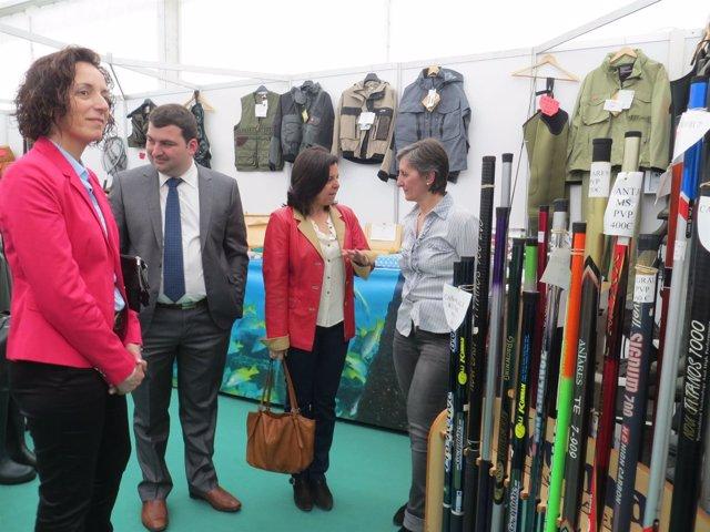 Àlvarez, en el centro, visita la Feria de Cornellana.