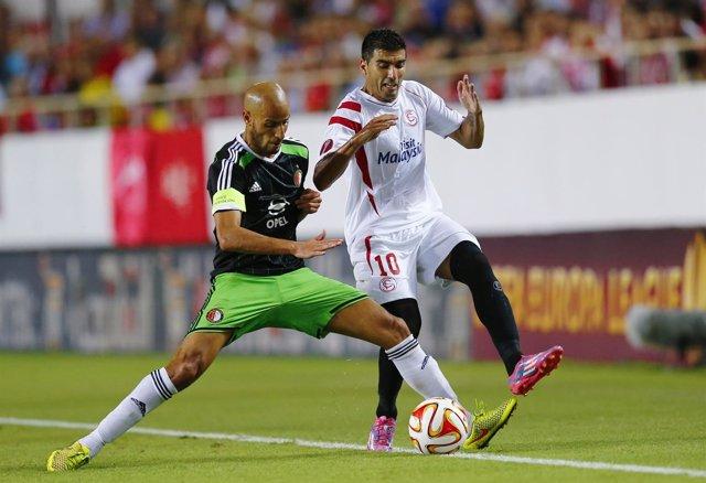 José Antonio Reyes pelea un balón con el defensa del Feyennor Karim El Ahmadi