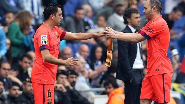 Xavi recibe el brazalete de capitán de manos de Iniesta