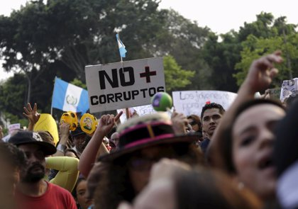 Cientos de guatemaltecos salen a las calles para pedir la dimisión del Gobierno